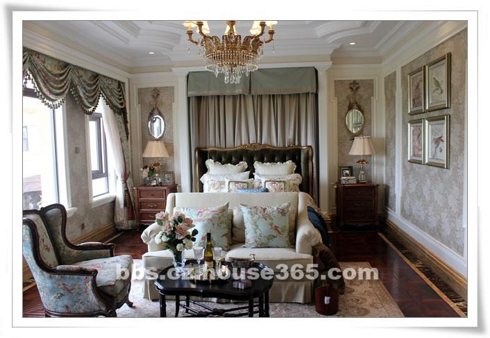 而客厅则偏向欧式风格,仿藤椅造型的沙发,茶几作为一个整体,周围欧式