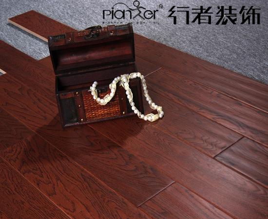 在购买实木地板时,如果地板面上的节疤和周边的木材