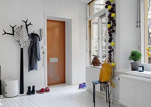 玄关柜上方则摆放些小摆设也十分有趣,尤其是墙面装饰上的英文字母和图片