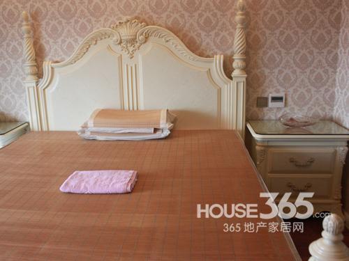 粉色系墙纸与米白色欧式家具搭配相得益彰