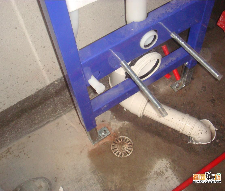下面就是连接水箱和马桶下水管的配件